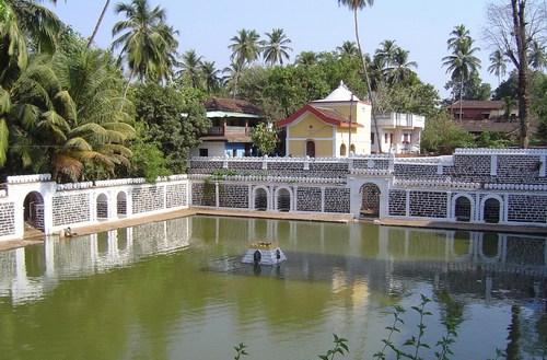 Shri_Mangeshi_Temple_Lake